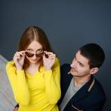 Jeunes couples reposant ensemble le bel homme de mode de vie Photographie stock