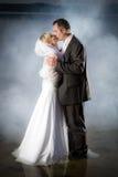 Jeunes couples restant dans un lac Image stock