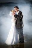 Jeunes couples restant dans un lac images stock