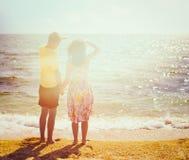 Jeunes couples restant sur la plage Images libres de droits