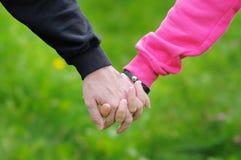 Jeunes couples retenant des mains Photographie stock