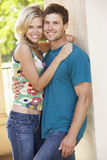 Jeunes couples romantiques à l'extérieur du bâtiment photographie stock libre de droits