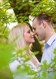 Jeunes couples romantiques. Image libre de droits