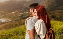 Jeunes couples romantiques appréciant la nature Photographie stock