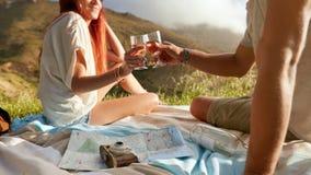Jeunes couples romantiques appréciant la nature Photos stock