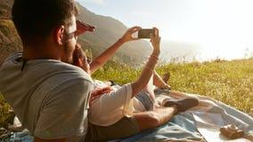 Jeunes couples romantiques appréciant la nature Images libres de droits