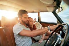Jeunes couples romantiques appréciant la nature Photo stock
