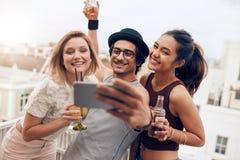 Jeunes couples romantiques appréciant la nature Photographie stock libre de droits