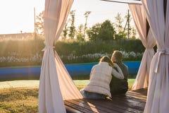 Jeunes couples romantiques appréciant la nature d'automne se reposant dans une étreinte étroite, vue par derrière Photo libre de droits