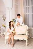Jeunes couples romantiques attrayants Mode de vie d'amour et de relations, chambre à coucher intérieure Photos libres de droits