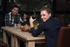 Jeunes couples romantiques au grillage de Tableau de restaurant Image libre de droits