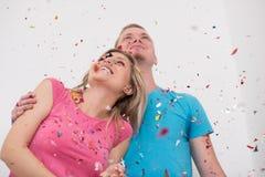 Jeunes couples romantiques célébrant la partie avec des confettis photos libres de droits