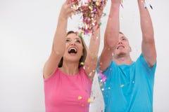 Jeunes couples romantiques célébrant la partie avec des confettis image stock