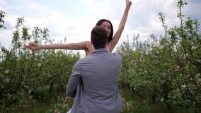 Jeunes couples romantiques d?pensant des loisirs dans le verger clips vidéos