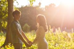 Jeunes couples romantiques d'amour en nature d'été Photo libre de droits