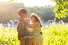 Jeunes couples romantiques d'amour en nature d'été Photos libres de droits