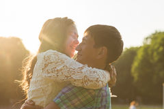 Jeunes couples romantiques d'amour en nature d'été Photos stock