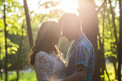 Jeunes couples romantiques d'amour en nature d'été Photo stock