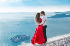 Jeunes couples romantiques dans l'amour au-dessus du fond de bord de mer Mode Photographie stock libre de droits