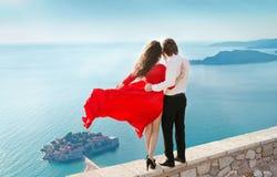Jeunes couples romantiques dans l'amour au-dessus du fond de bord de mer Mode Photo stock