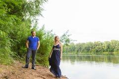 Jeunes couples romantiques dans l'amour détendant dehors en parc Image stock