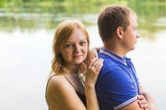 Jeunes couples romantiques dans l'amour détendant dehors en parc Image libre de droits