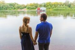 Jeunes couples romantiques dans l'amour détendant dehors en parc Photos libres de droits