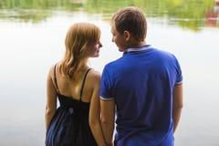 Jeunes couples romantiques dans l'amour détendant dehors en parc Photos stock