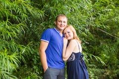 Jeunes couples romantiques dans l'amour détendant dehors en parc Photo stock