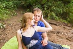 Jeunes couples romantiques dans l'amour détendant dehors en parc Images libres de droits
