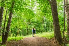 Jeunes couples romantiques dans l'amour détendant dehors en parc photo libre de droits