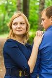 Jeunes couples romantiques dans l'amour détendant dehors en parc photographie stock