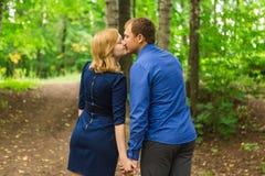Jeunes couples romantiques dans l'amour détendant dehors en parc images stock