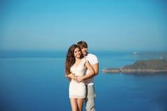 Jeunes couples romantiques dans l'amour des vacances Voyage, vacances Nouveaux mariés heureux sur la lune de miel Île exotique Images libres de droits