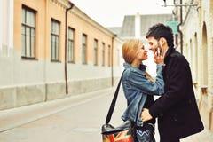 Jeunes couples romantiques dans l'amour ensemble Photos libres de droits