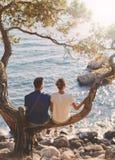 Jeunes couples romantiques dans l'amour ensemble Images stock