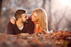 Jeunes couples romantiques dans l'amour parc d'automne, forêt Images libres de droits