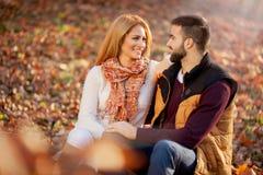 Jeunes couples romantiques dans l'amour parc d'automne, forêt images stock