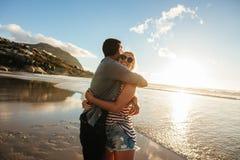 Jeunes couples romantiques embrassant sur la plage Photographie stock libre de droits