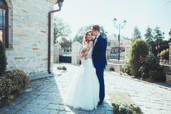 Jeunes couples romantiques heureux caucasiens célébrant leur mariage Photo libre de droits
