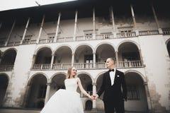 Jeunes couples romantiques heureux caucasiens célébrant leur mariage extérieur images libres de droits