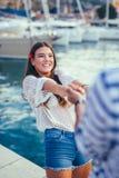 Jeunes couples romantiques heureux dans l'amour ayant l'amusement image libre de droits