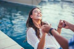 Jeunes couples romantiques heureux dans l'amour ayant l'amusement Images stock