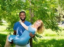 Jeunes couples romantiques heureux dans l'amour Homme de couleur et femme blanche Attitudes du ` s d'histoire et de personnes d'a Image libre de droits