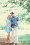 Jeunes couples romantiques heureux dans l'amour marchant ensemble au printemps Photos stock