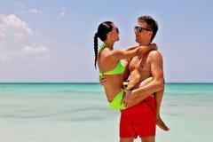 Jeunes couples romantiques heureux dans l'amour sur la plage Image stock