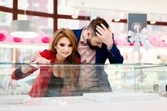 Jeunes couples romantiques heureux en anneau de achat d'amour Images stock