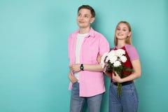 Jeunes couples romantiques, homme bel dans la chemise rose avec la belle fille blonde gaie photographie stock libre de droits