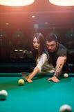 Jeunes couples romantiques jouant le jeu de billard Photographie stock