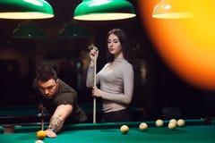 Jeunes couples romantiques jouant le jeu de billard Photo libre de droits